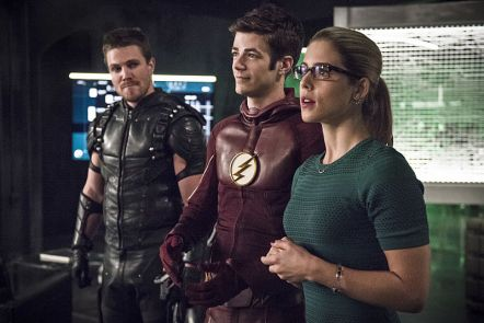 "The Flash -- ""Legends of Today"" -- Image FLA208B_0008b.jpg -- Pictured (L-R): Stephen Amell as Oliver Queen, Grant Gustin as Barry Allen and Emily Bett Rickards as Felicity Smoak -- Photo: Cate Cameron/The CW -- © 2015 The CW Network, LLC. All rights reserved."
